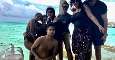 kajol-in-bikini-with-daughter-in-maldives