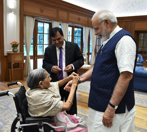 103-year-old-sharbati-devi-tied-rakhi-to-pm-modi